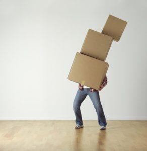 Przeprowadzka biura - mezczyzna z kartonami